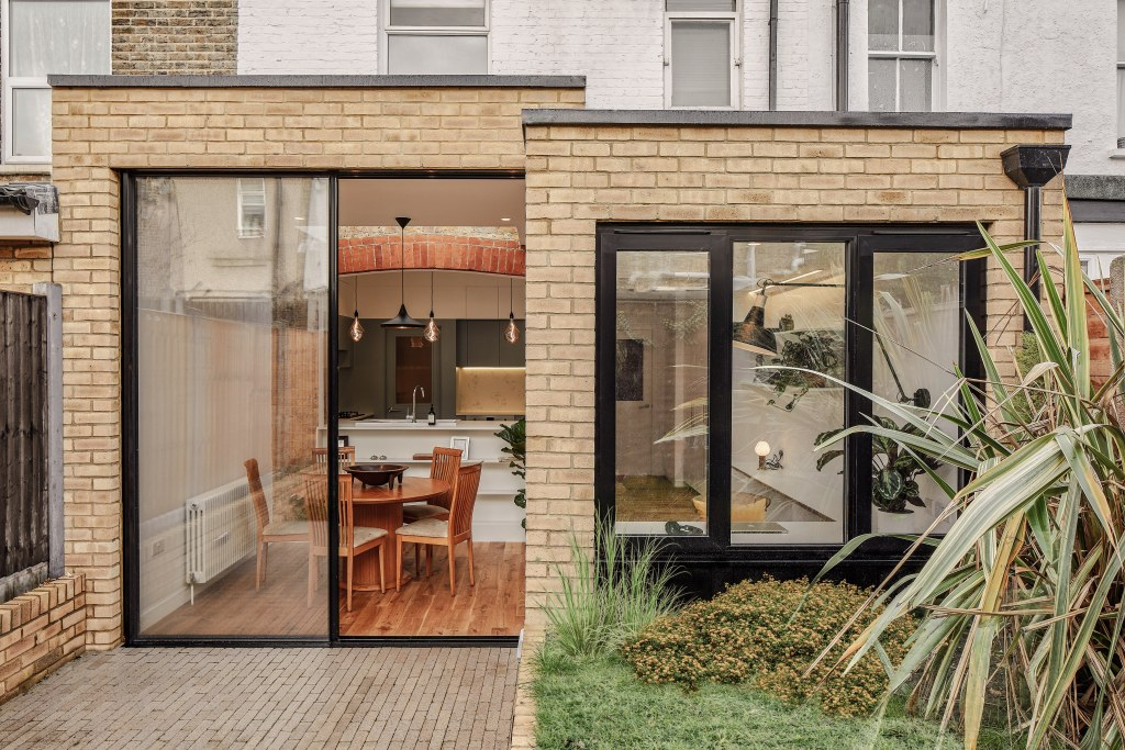 BOW KITCHEN EXTENSION / Bow Extension Exterior View