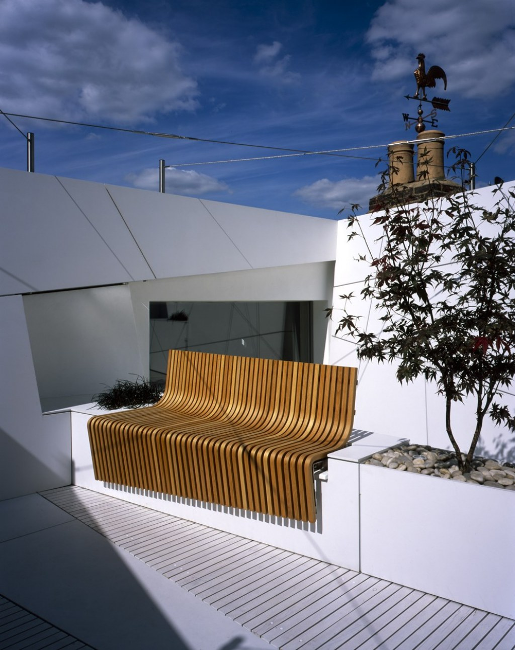 R O O F  G A  R  D  E  N / Laminated timber bench in the sun