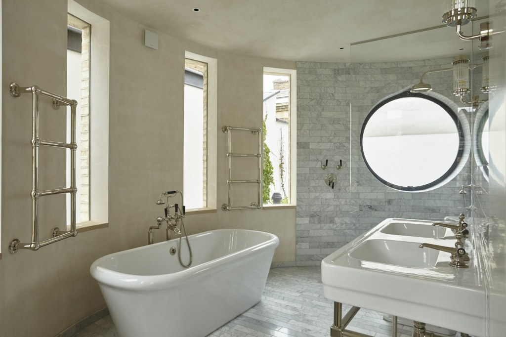 The Round House / Master Bathroom