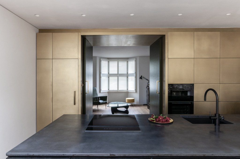 Brick Screen House / Through to the lounge