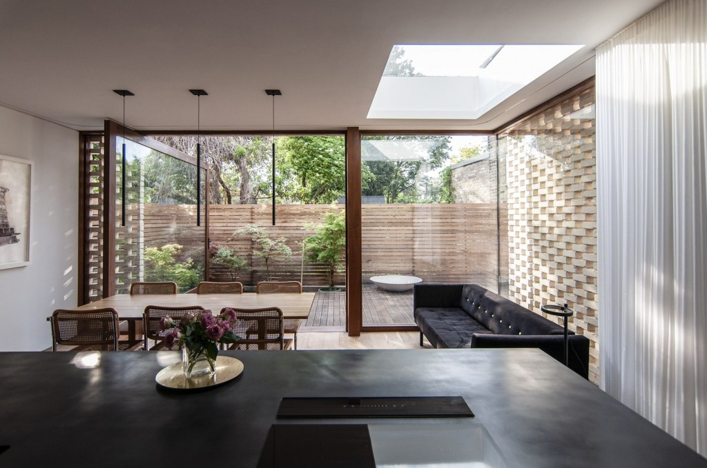 Brick Screen House / Dappled light