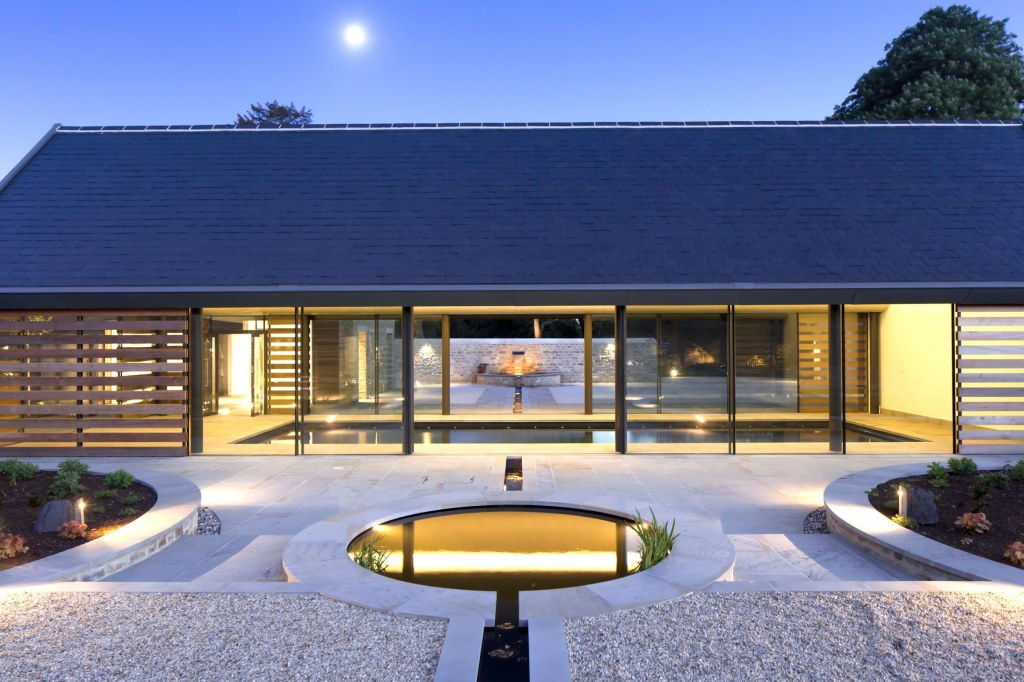 Contemporary Pool / Night view